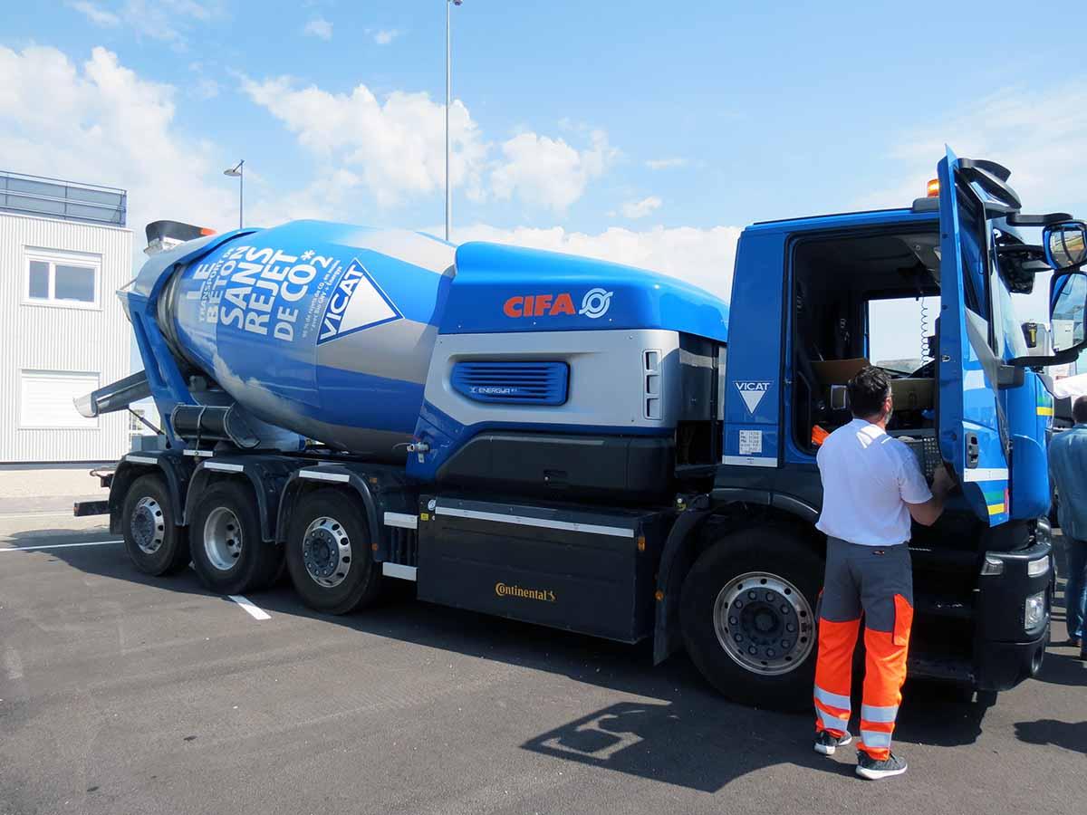 Béton Vicat, camion toupie GNV + moteur électrique