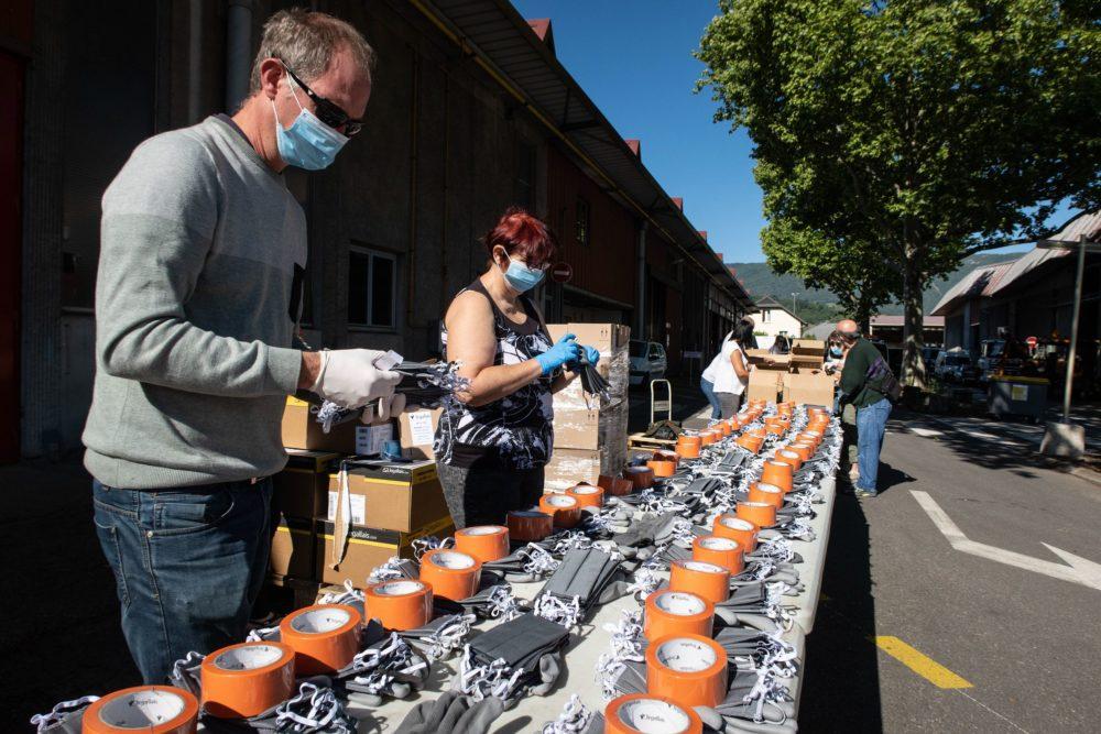 Confection de kits sanitaires fournit par la ville de Chambery pour les commercants. Masques, gants, scotch, gel hydroalcoolique. Crédit photo Marine Denis